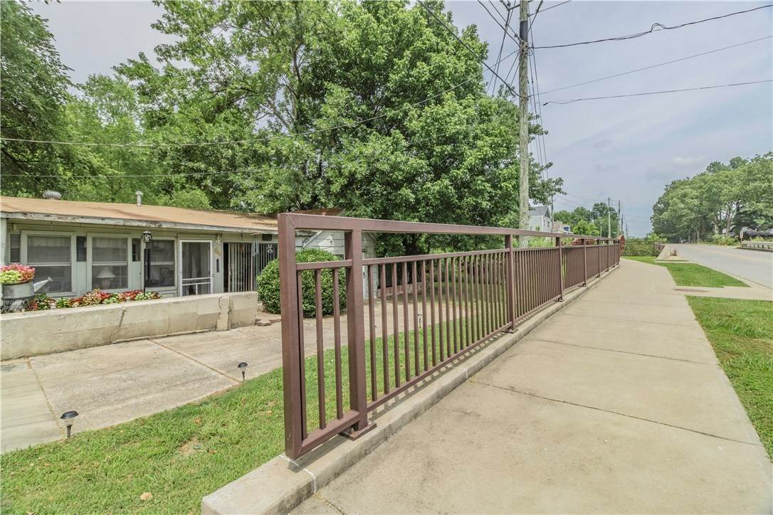17. Single Family Homes for Sale at 956 W Cato Springs Road Fayetteville, Arkansas 72701 United States