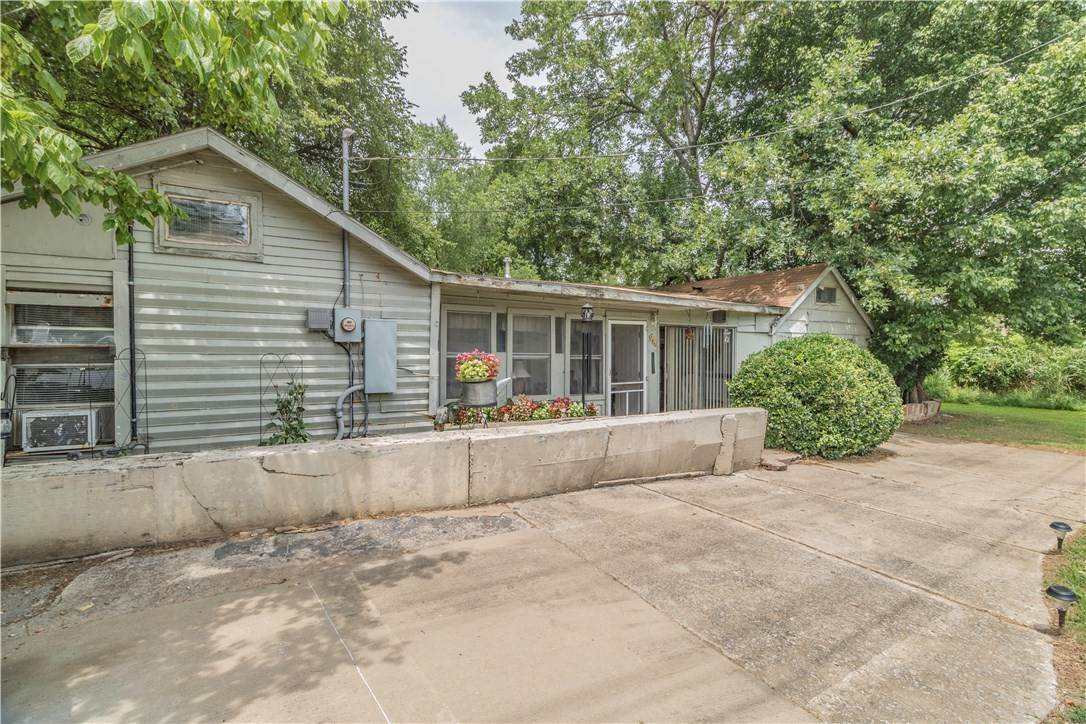 6. Single Family Homes for Sale at 956 W Cato Springs Road Fayetteville, Arkansas 72701 United States