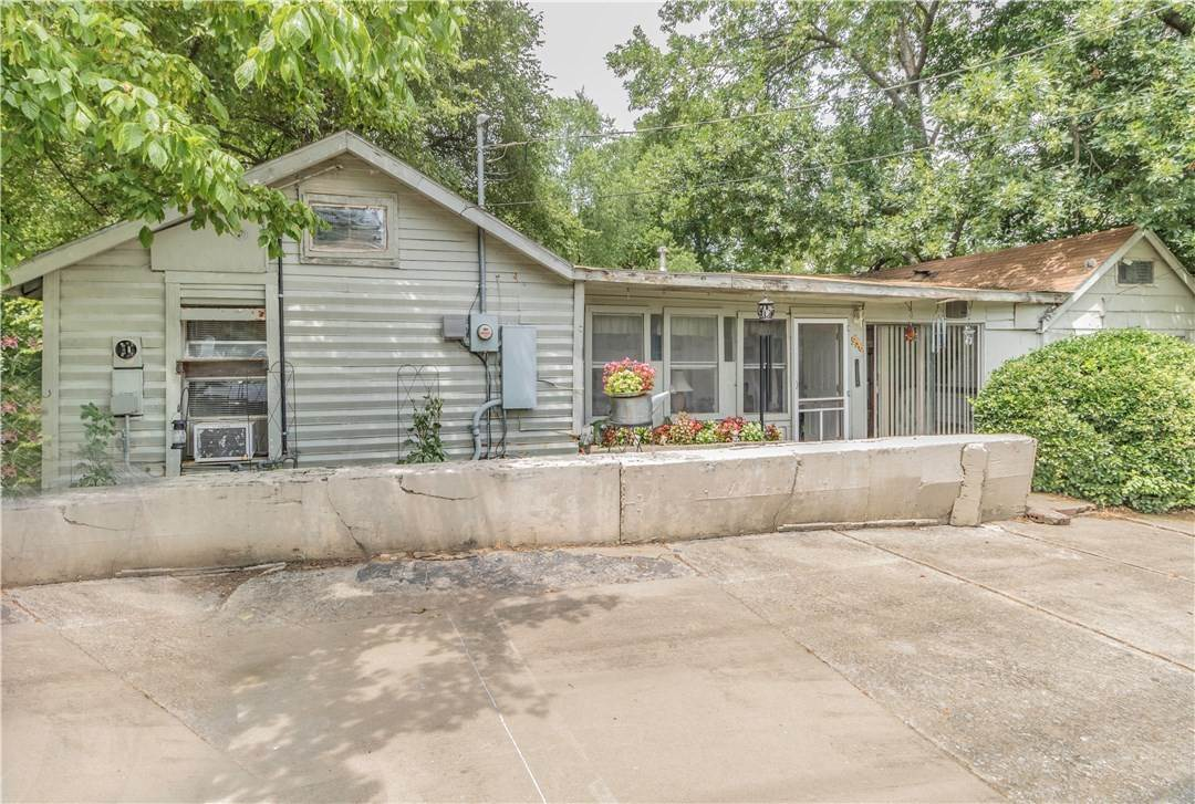 7. Single Family Homes for Sale at 956 W Cato Springs Road Fayetteville, Arkansas 72701 United States