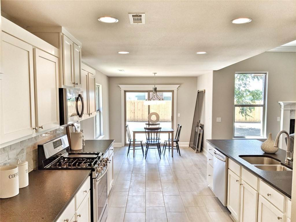 19. Single Family Homes for Sale at 454 N Yona Lane Farmington, Arkansas 72730 United States