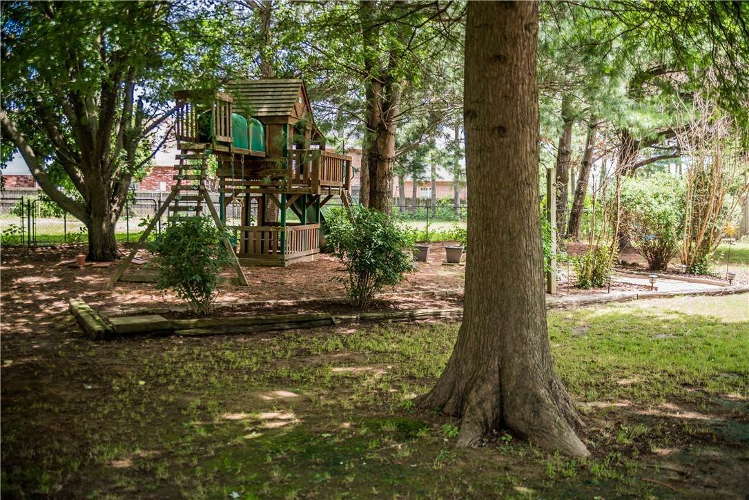 20. Single Family Homes for Sale at 705 Valley West Drive Rogers, Arkansas 72756 United States